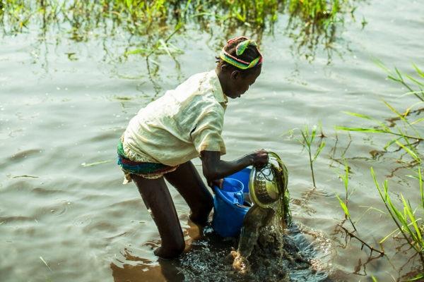 Donna di Bukavu che raccoglie l'acqua
