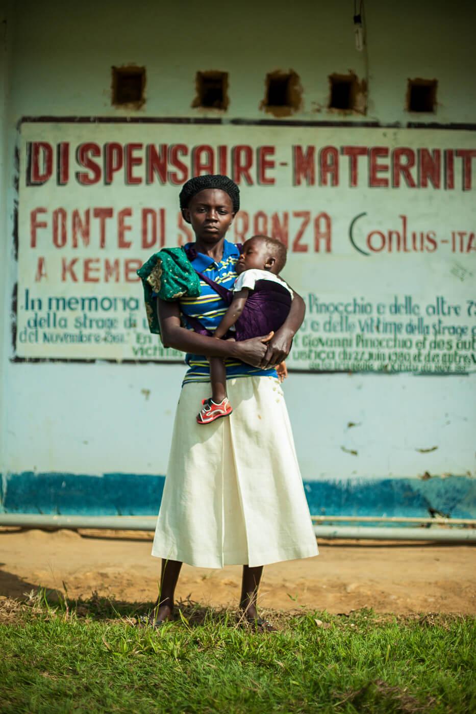 donna con bambino davanti l'ospedale di Fonte di Speranza a Kemba