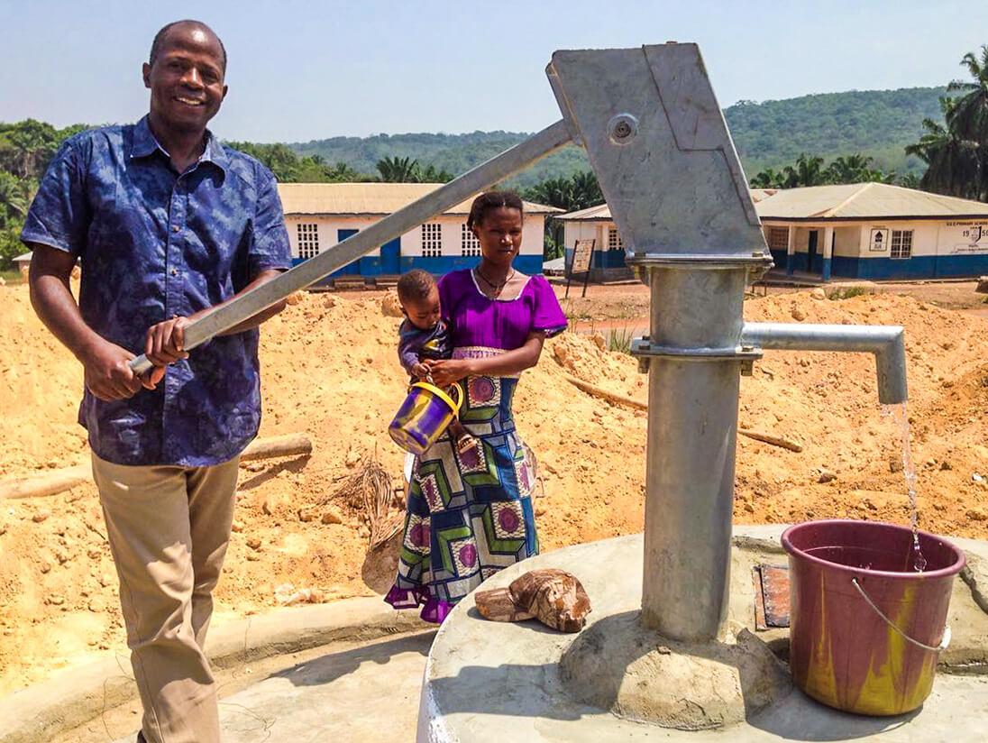 Peter Bayuku inaugura uno dei pozzi di Fonte di Speranza in Sierra Leone