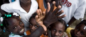 Bambini haitiani giocano con le mani