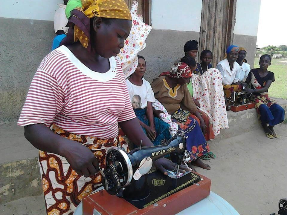 Donna di Kemba con nuova macchina da cucire