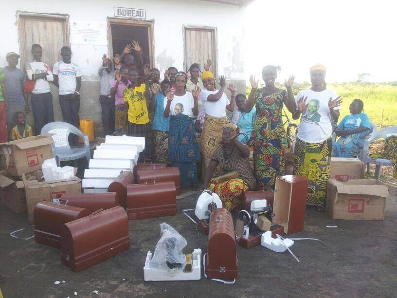 Donne di Kemba con le macchine da cucire inviate da Fonte di Speranza
