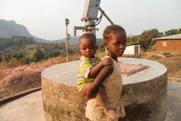 Bambini sierraleonesi davanti a un pozzo di Fonte di Speranza