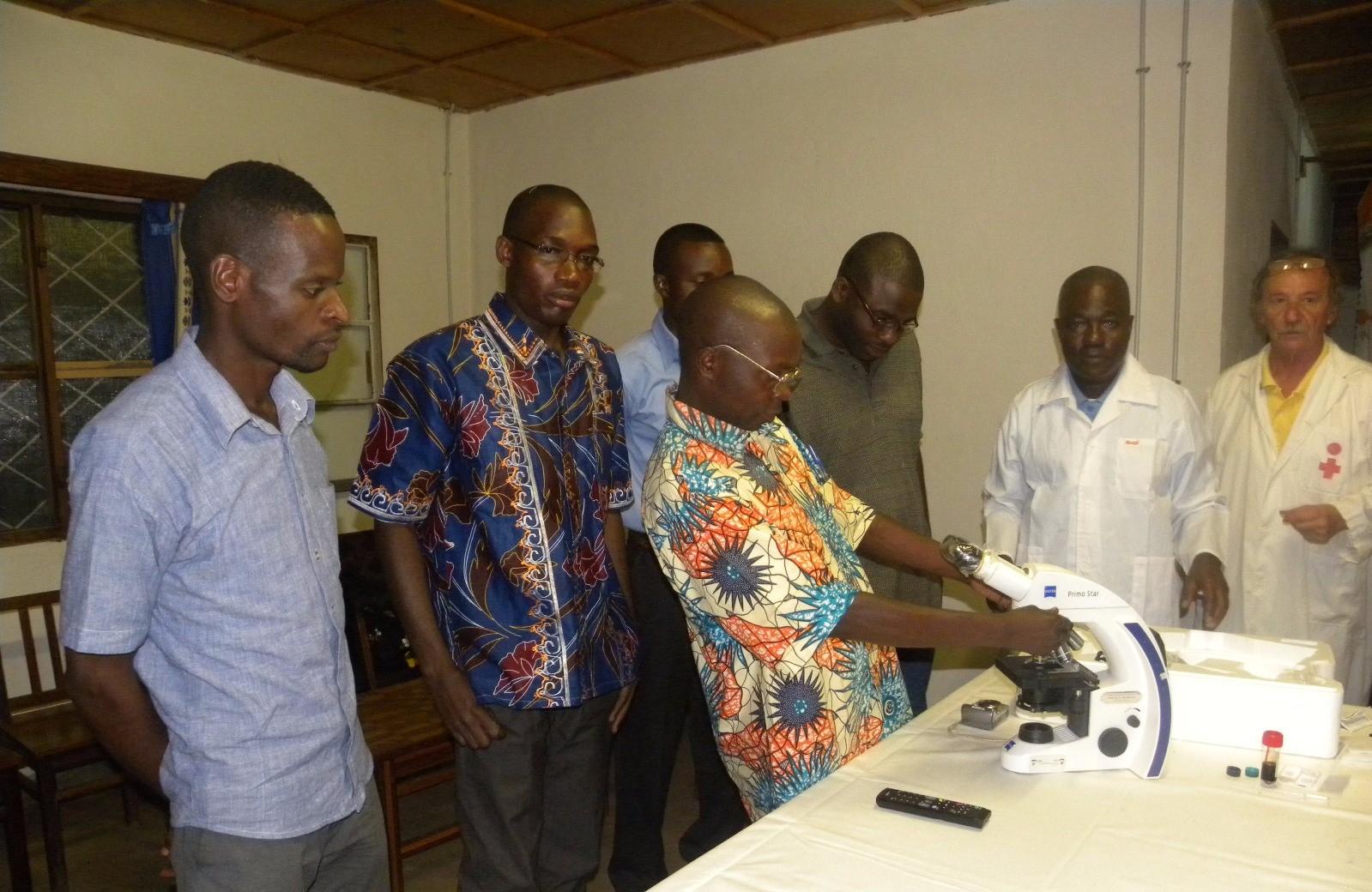 Dott. Gabrielli con il personale del centro medico di Moba 2