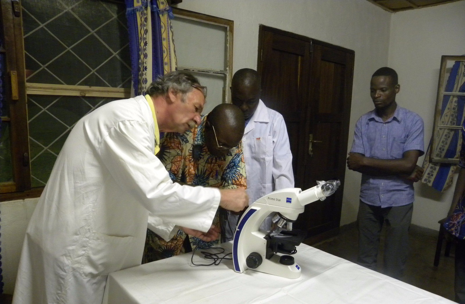 Dott. Gabrielli con il personale del centro medico di Moba