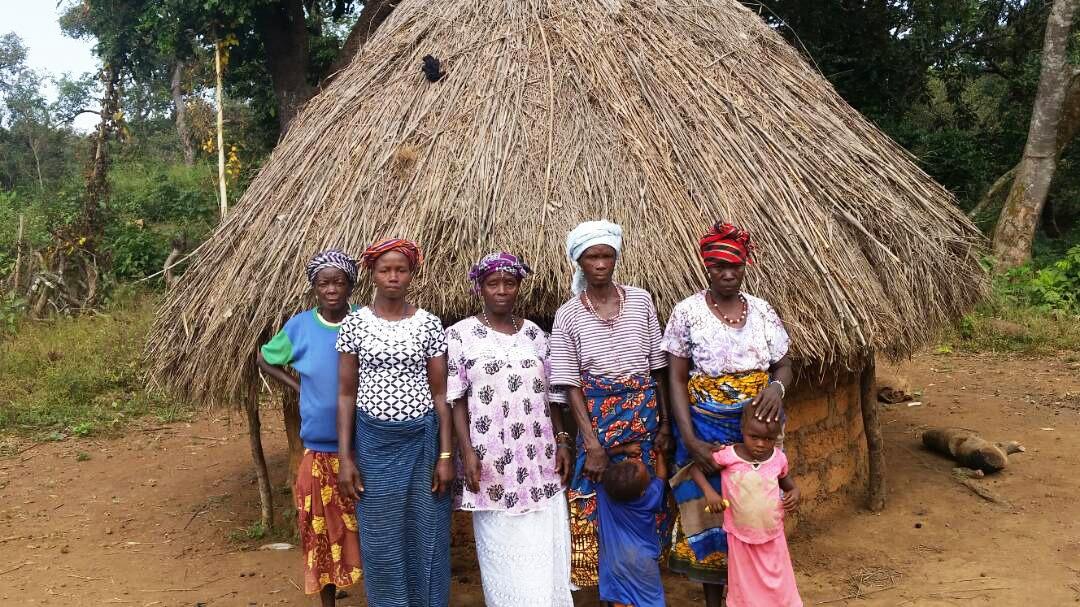 donne davanti a una capanna nel villaggio di Konkoba
