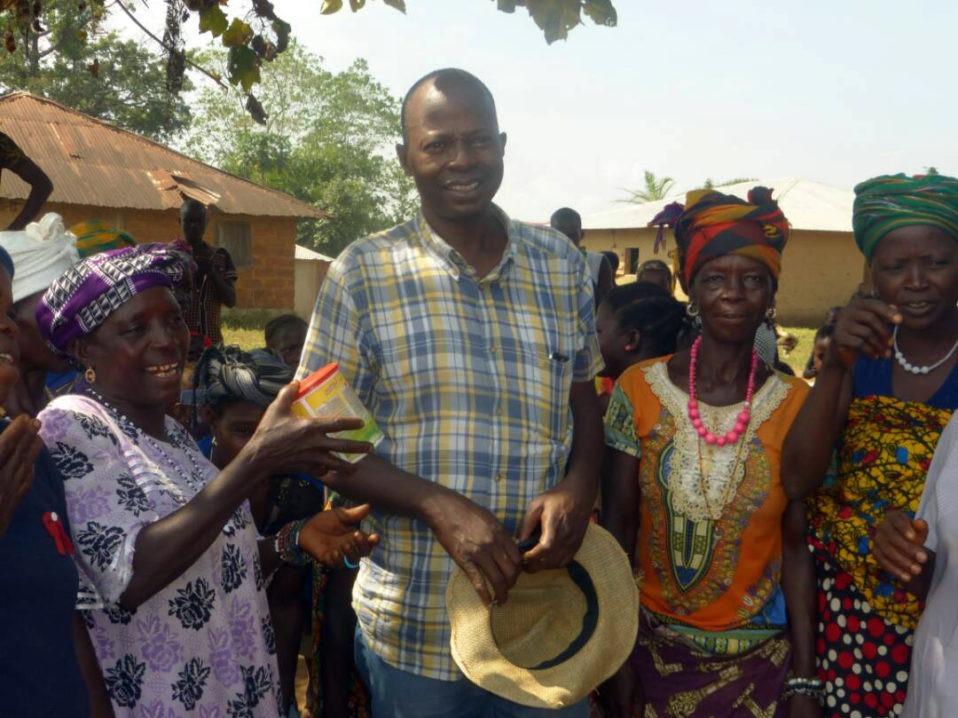 Peter Bayuku in visita al villaggio di Konkoba