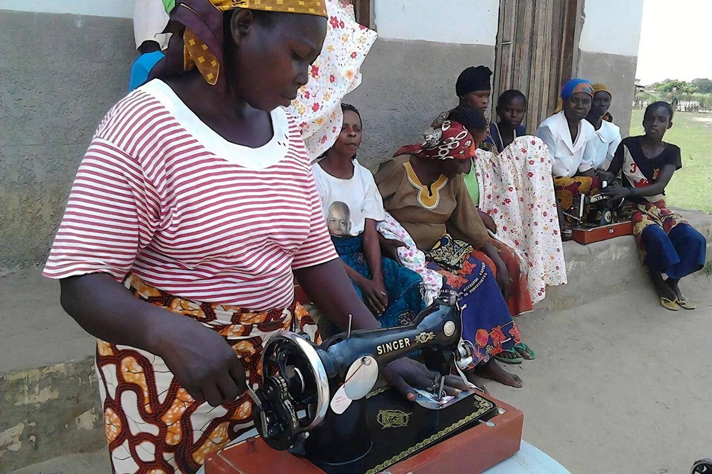 Le Mamas di Kemba con le macchine da cucire di Fonte di Speranza Onlus