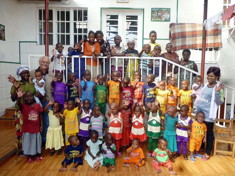 I Bambini della Casa-Famiglia Tupendane con Padre Giovanni Querzani