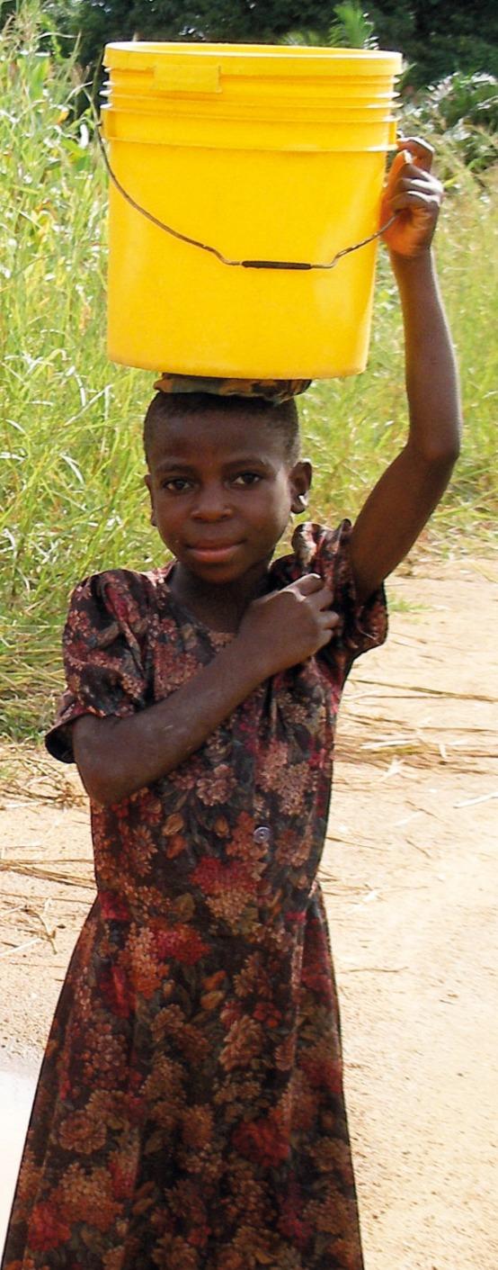 Bambina della Sierra Leone con tanica d'acqua sulla testa