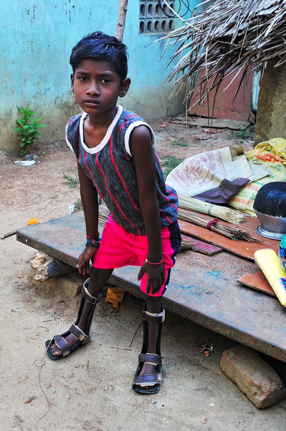 Sunil che tenta di camminare