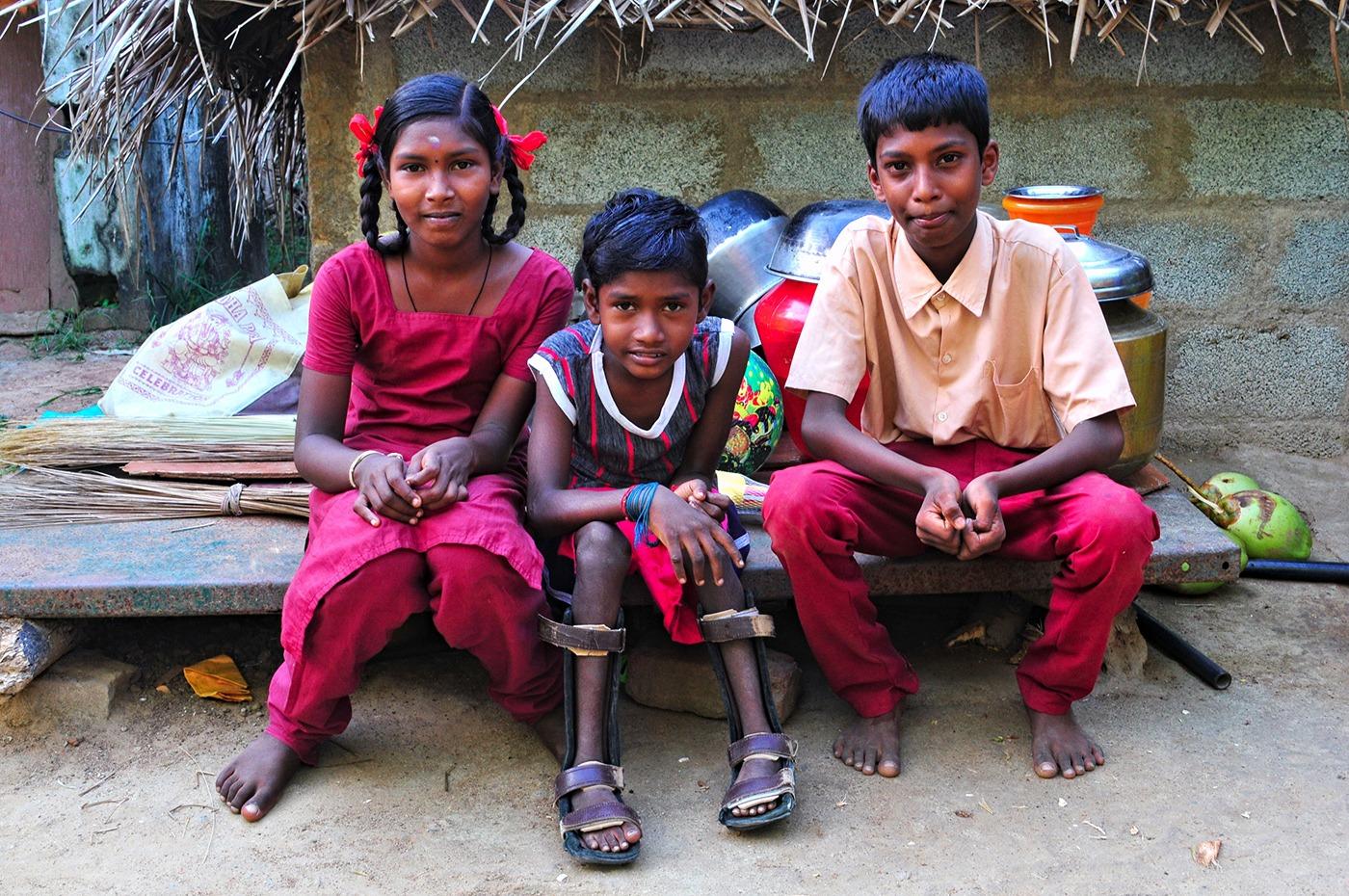 Foto di Sunil (al centro) con i suoi fratelli