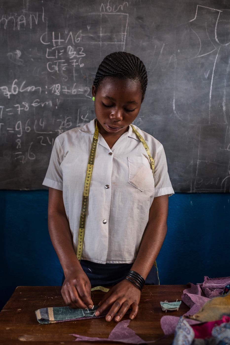 FdS - Bukavu, ragazza che impara l'arte sartoriale